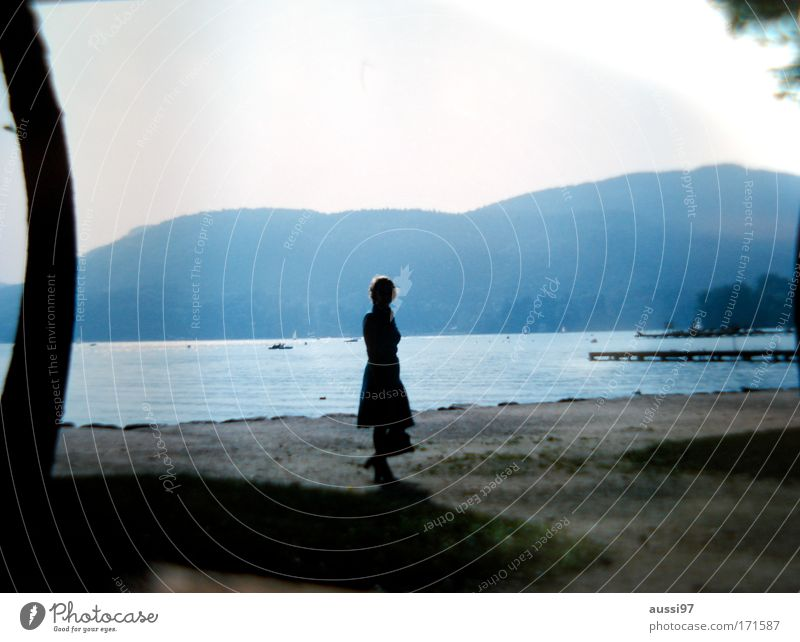 Vive la Bohème Frau Mensch Erwachsene feminin Park laufen Spaziergang Seeufer Junge Frau schick fein Single Frühlingsgefühle gehen Partnersuche