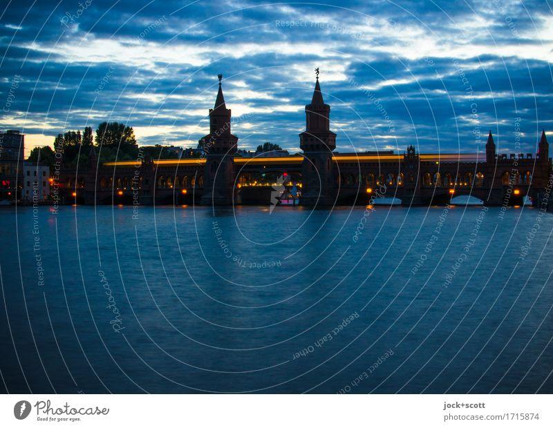 blaue Brücke Stadt Sommer Wasser Wolken dunkel Architektur Wege & Pfade Bewegung Zeit Horizont Kraft historisch Fluss Sehenswürdigkeit