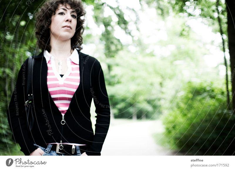 V-Stil Mensch Jugendliche schön Baum grün feminin Garten Park Erwachsene rosa Junge Frau 18-30 Jahre