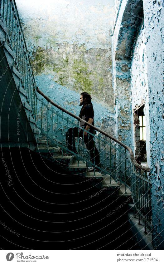 KOMMT EIN MANN DIE TREPPE RAUF... Mensch Jugendliche alt 1 Mann Haus Wand Mauer Gebäude Tür laufen Erfolg Beton Treppe T-Shirt Fabrik
