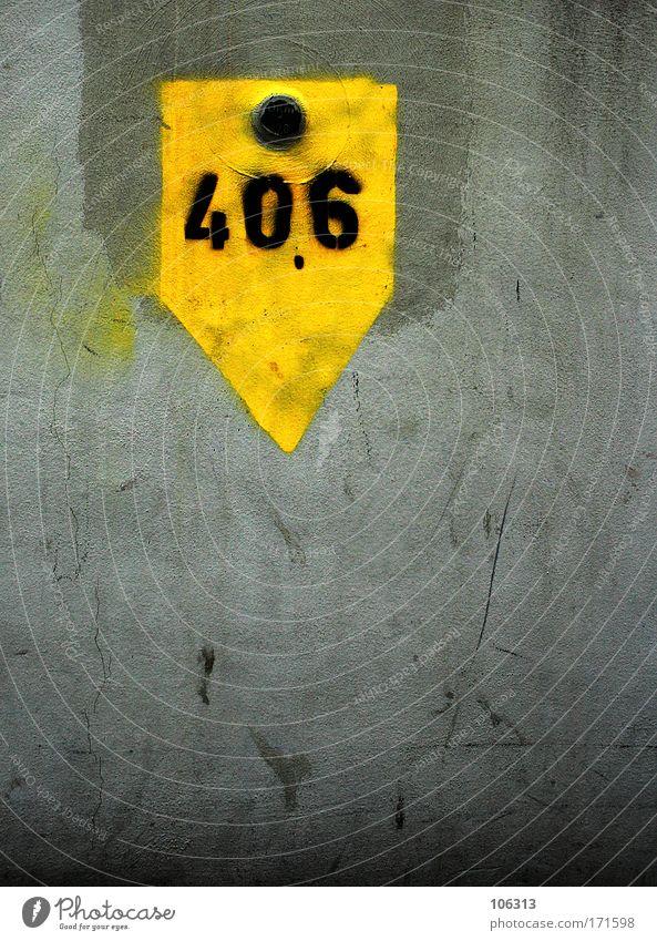 Fotonummer 126634 schwarz gelb Wand grau Schilder & Markierungen nass leuchten Ziffern & Zahlen Hinweisschild unten Punkt Zeichen Pfeil Richtung Warnhinweis