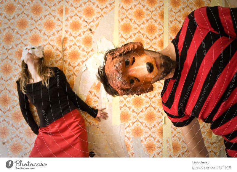 let the dogs out Farbfoto mehrfarbig Innenaufnahme Tag Weitwinkel Tierporträt Oberkörper Blick in die Kamera Blick nach oben Wegsehen Mensch maskulin feminin