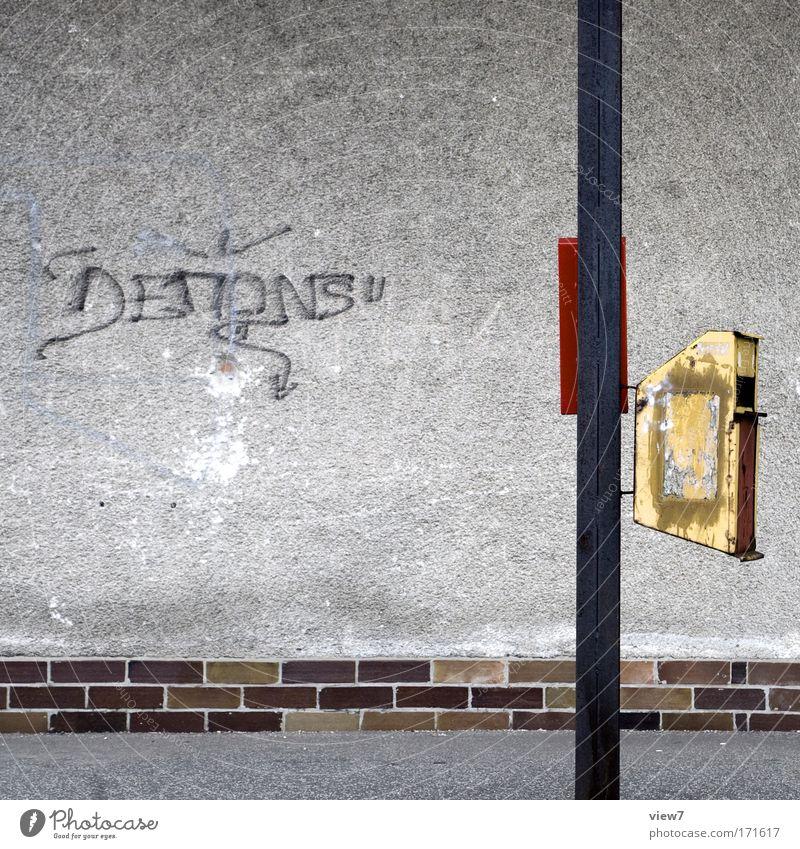 Abfalleimer alt Stadt rot ruhig gelb Wand Graffiti Stein Mauer Gebäude Metall dreckig ästhetisch kaputt authentisch einzigartig