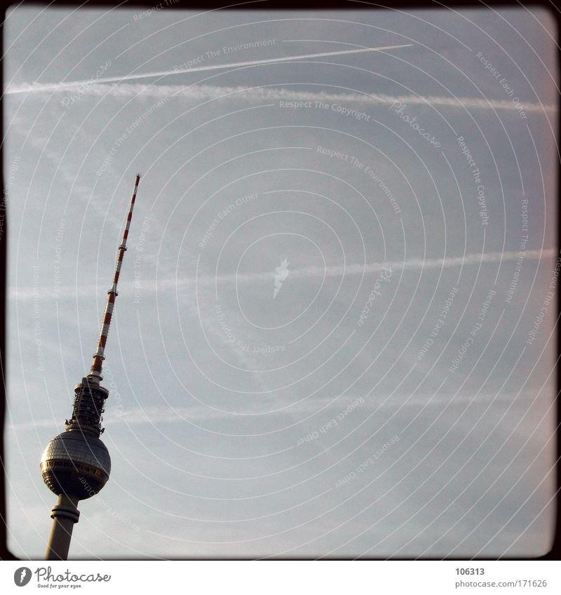 Fotonummer 125229 Himmel Berlin hoch Luftverkehr Spitze Bauwerk Kugel Denkmal Wahrzeichen Berlin-Mitte Hauptstadt Berliner Fernsehturm Antenne Klotz