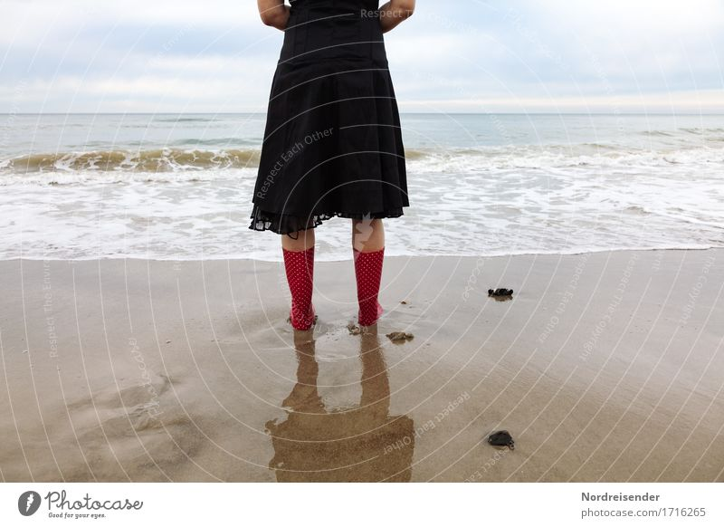 Träumen Mensch Frau Ferien & Urlaub & Reisen Wasser Meer Erholung Einsamkeit ruhig Strand Ferne Erwachsene feminin Freiheit Mode Sand träumen