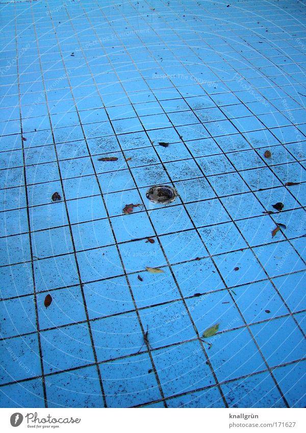 Beckenboden Farbfoto Außenaufnahme Menschenleer Textfreiraum links Textfreiraum rechts Textfreiraum oben Textfreiraum unten Tag Schwimmbad dreckig blau Bewegung