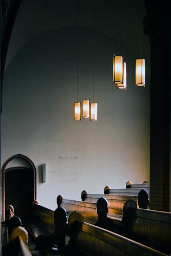 Auf der Empore Kirche Bauwerk Gebäude Tür Lampe Lampenlicht Kirchenbank Gewölbe Gewölbebogen Neogotik Protestantismus hoch oben ruhig sparsam Religion & Glaube