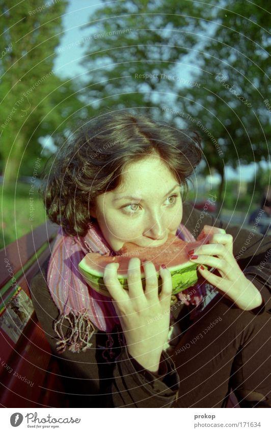 Melonodrom Farbfoto Außenaufnahme Tag Weitwinkel Porträt Blick nach vorn Lebensmittel Frucht Melonen Stil Sommer Mensch feminin Frau Erwachsene Kopf