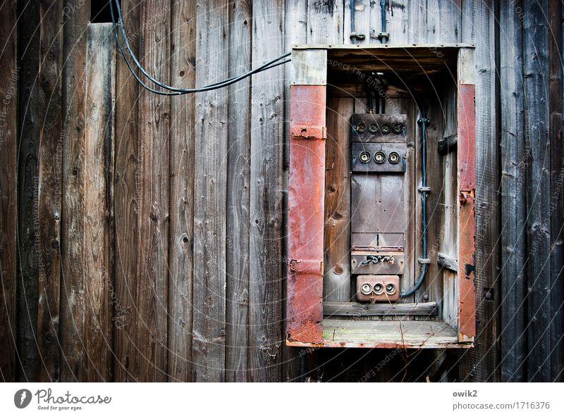 Sicherungen raus Technik & Technologie Energiewirtschaft Sicherungskasten Mauer Wand Fassade Holz alt historisch kaputt trashig Verfall Vergänglichkeit