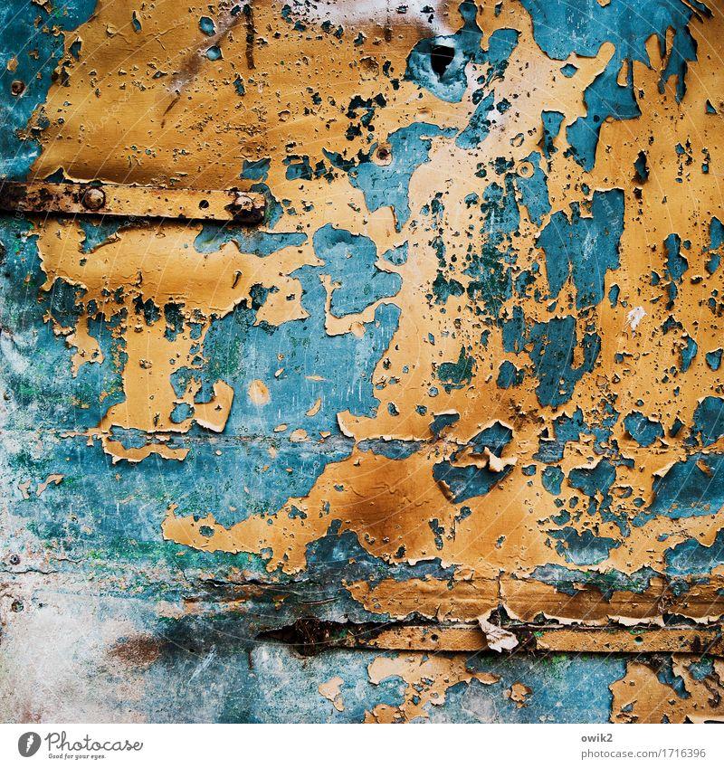 Blechschaden Kunstwerk Tor Tür Metall verrückt blau orange bizarr Verfall Vergänglichkeit Zerstörung Farbstoff Zahn der Zeit verfallen Farbfoto mehrfarbig