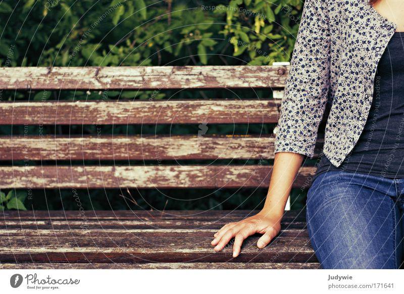 Noch ein Platz frei Mensch Natur Jugendliche Erholung Hand Einsamkeit Umwelt natürlich feminin Glück Stimmung Park sitzen Sträucher warten einfach