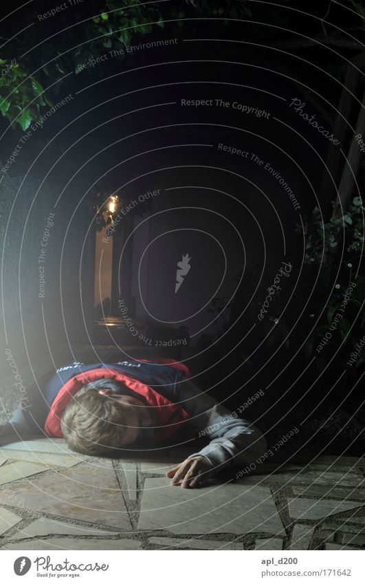 (noch viel mehr) Sani in Not Farbfoto Außenaufnahme Textfreiraum oben Nacht Kunstlicht Lichterscheinung Wegsehen Sanitäter Mensch maskulin Junger Mann