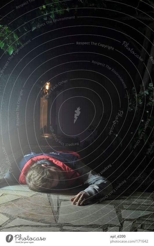 (noch viel mehr) Sani in Not Mensch Jugendliche rot Haus dunkel Tod Stil Haare & Frisuren Erwachsene liegen maskulin Boden 18-30 Jahre Erste Hilfe Junger Mann Sanitäter