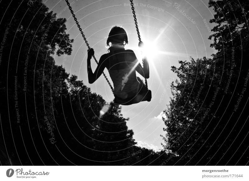 Auf zur Sonne Schwarzweißfoto Schaukel Frau Natur Freiheit Wonne Bewegung