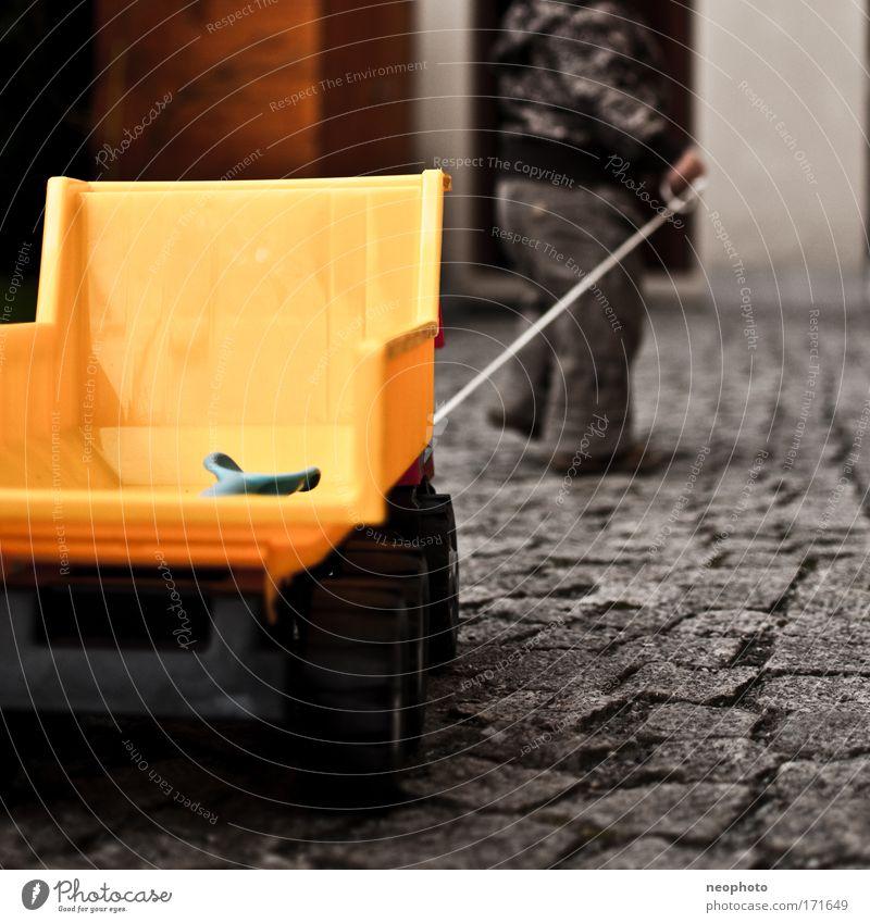 Fernfahrer Gedeckte Farben Außenaufnahme Textfreiraum rechts Textfreiraum unten Tag Schwache Tiefenschärfe Froschperspektive Mensch Kleinkind Junge Kindheit 1