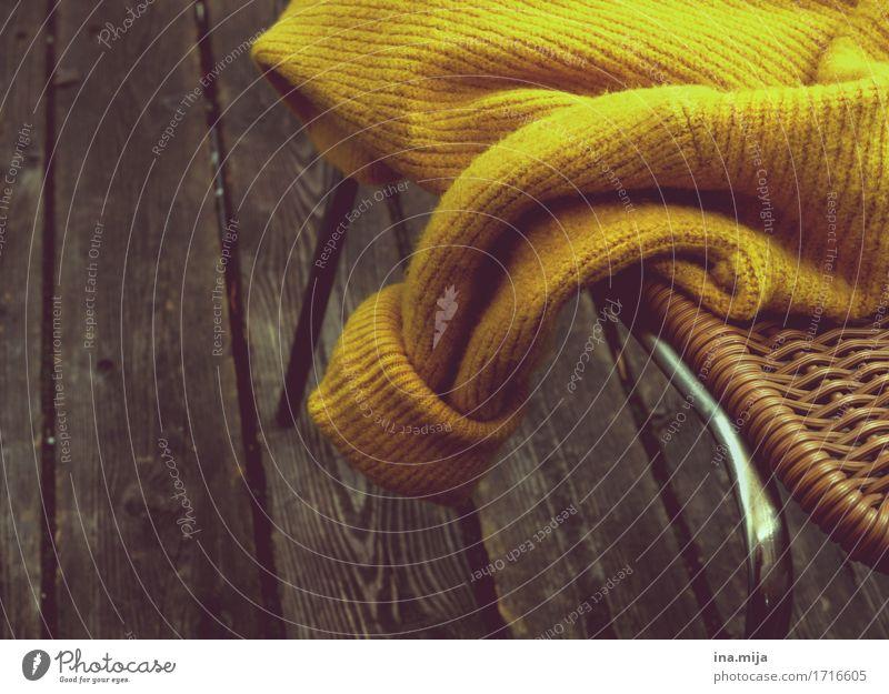 kuschelig Lifestyle Stil Mode Bekleidung Pullover ästhetisch dick trendy kuschlig modern Wärme weich braun gelb Farbe Holzfußboden gestrickt Wollpullover Winter