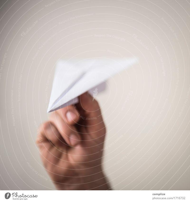 Papierflugzeug Freude Gesundheit Ferien & Urlaub & Reisen Tourismus Ausflug Sommerurlaub Sonne Büroarbeit Arbeitsplatz Hand Finger Horizont Luftverkehr Flugzeug