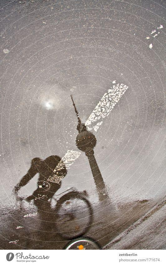 Regen Wasser Straße Berlin Fahrrad Straßenverkehr Wassertropfen Verkehr Tropfen Ferien & Urlaub & Reisen Gewitter Pfütze Berliner Fernsehturm Hauptstadt