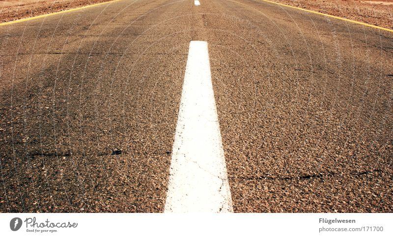 Schnell, schnell. Freitagnachmittag bei den Fahrbahnlackierern Straße träumen Wege & Pfade glänzend Umwelt Beton Verkehr Ende einfach Baustelle Sehnsucht Autobahn Mut zeichnen führen