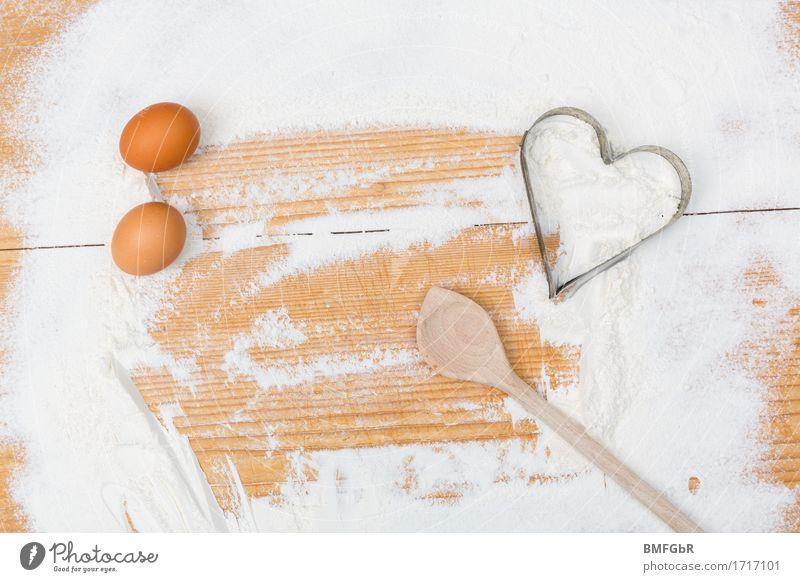 Backen mit Herz Lebensmittel Mehl Ei Ernährung Löffel backen Kochlöffel Backbrett Zeichen braun weiß Fröhlichkeit Rezept Kochbuch Backbuch Hintergrundbild