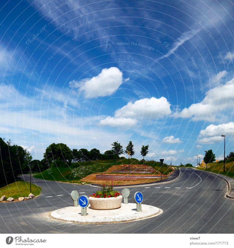 verkehr im kreis Farbfoto mehrfarbig Außenaufnahme Menschenleer Textfreiraum oben Tag Licht Starke Tiefenschärfe Skulptur Umwelt Natur Landschaft Luft Himmel