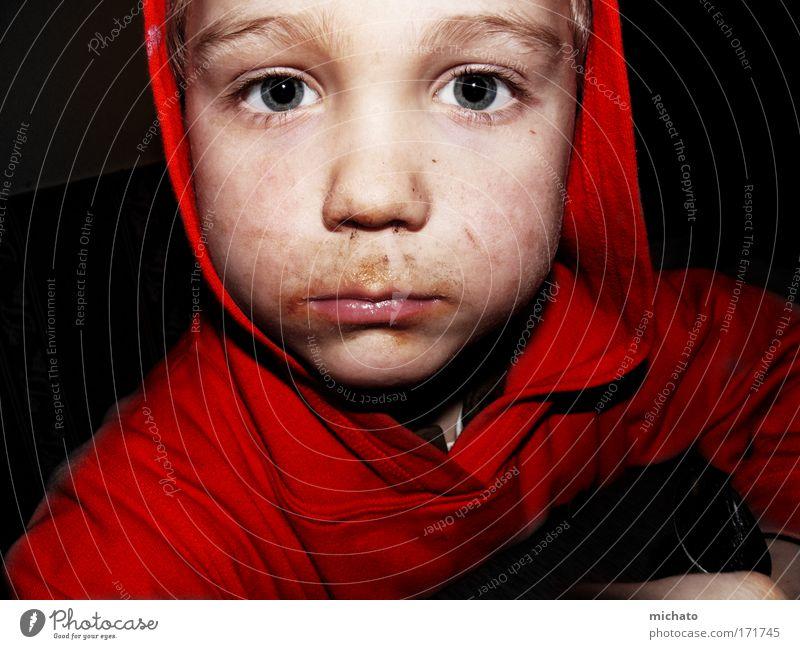 gibts noch was?... Farbfoto Innenaufnahme Blitzlichtaufnahme Totale Porträt Blick in die Kamera Essen maskulin Kind Junge Kopf Gesicht 1 Mensch Traurigkeit