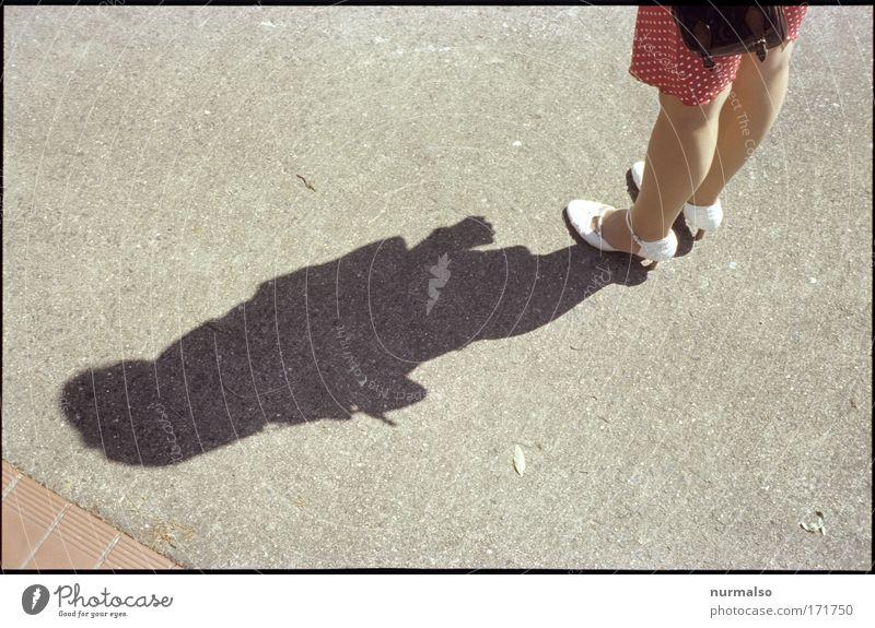 weiss auf rot im Schattenspiel Mensch weiß schön Sonne Sommer Freude feminin Leben Stil Mode Feste & Feiern Schuhe gehen warten ästhetisch