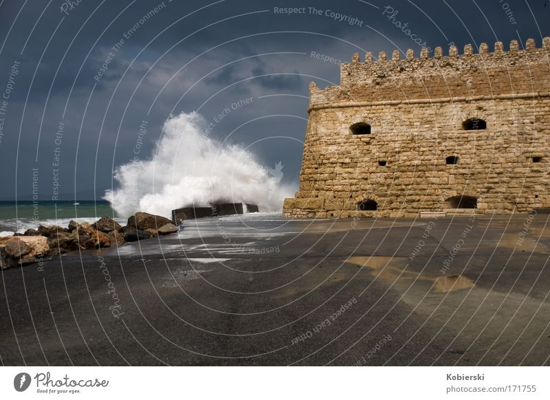 Hafenfestung-Koules-Heraklion Wasser Meer dunkel Wand Architektur Küste Mauer Wellen nass groß Tourismus Insel bedrohlich Urelemente historisch