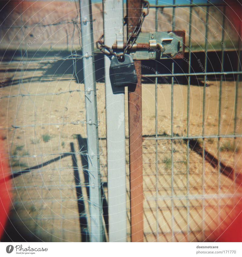 Closed. (Pt. 2) grau Sand Metall Tür geschlossen Sicherheit Tor Stahl Rost Eingang Schloss Zaun Kette gefangen Barriere Draht