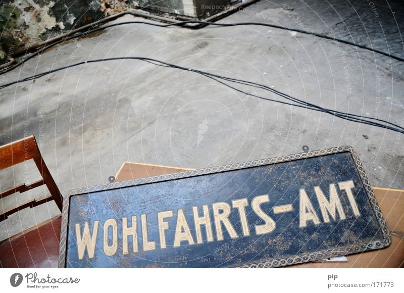 wo gibt's die finanzspritze?? Wand Traurigkeit Mauer Raum Schilder & Markierungen Armut Tisch Schriftzeichen Hilfsbereitschaft Bodenbelag Kabel Hinweisschild Stuhl Fabrik Ruine Museum