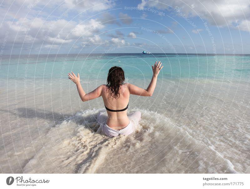 UAAAAAAAAARRRGH !!! Frau Hand Meer Sommer Strand Ferien & Urlaub & Reisen Erholung Küste hoch Tourismus Reisefotografie schreien Idylle Indien Malediven Brandung