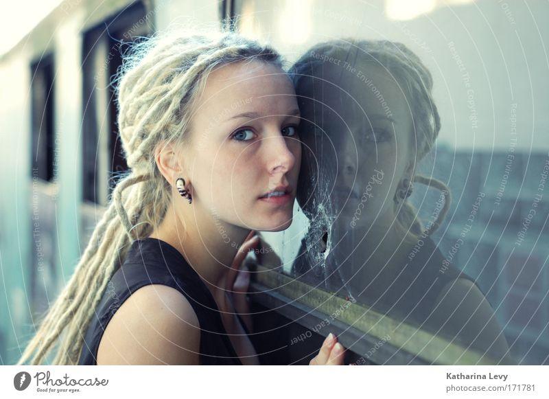 worst case Mensch Jugendliche blau Erwachsene Fenster feminin Mode blond außergewöhnlich authentisch stehen 18-30 Jahre Romantik Junge Frau beobachten Neugier