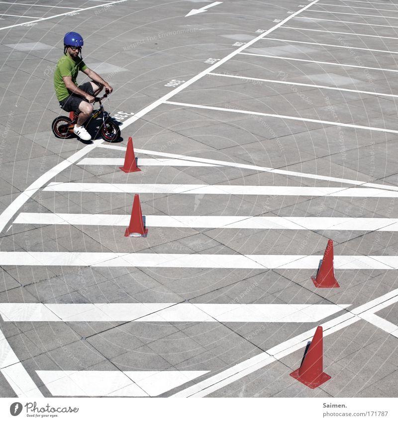 Slalom Baby! Slalom! Gedeckte Farben Außenaufnahme Strukturen & Formen Sonnenlicht maskulin Mann Erwachsene fahren Fahrrad Linie Helm üben lernen Rad Parkplatz