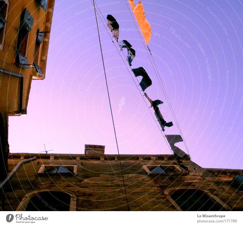 black or white [wäsche] Farbfoto Außenaufnahme Dämmerung Blick nach oben Umwelt Himmel Wolkenloser Himmel Venedig Italien Haus Fenster Dach Schornstein Antenne