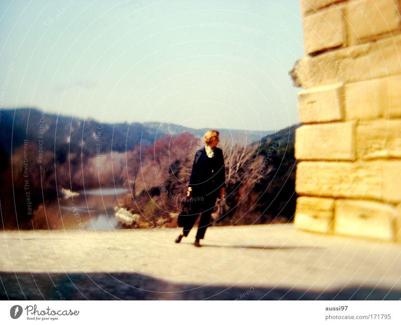 Kathy Hale Mensch Einsamkeit feminin Park wandern Spaziergang beobachten Sehnsucht Single Besichtigung
