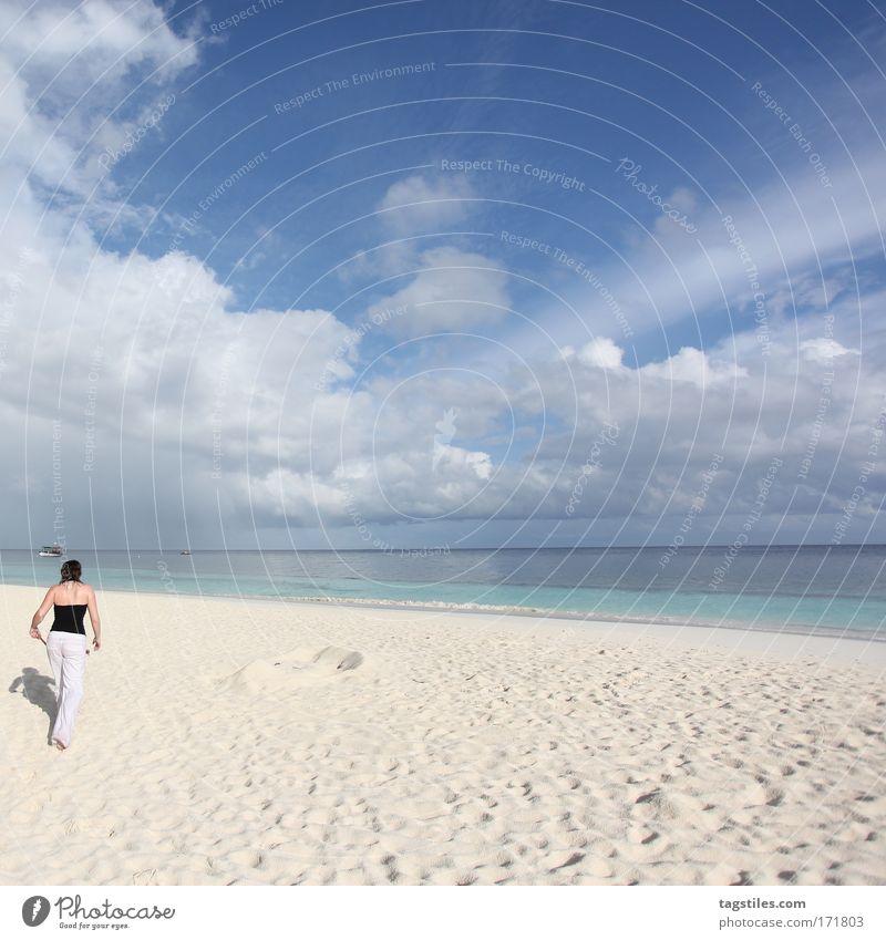 STRANDLÄUFERIN Frau Himmel Meer blau Sommer Strand Ferien & Urlaub & Reisen ruhig Wolken Einsamkeit Erholung Sand Tourismus Reisefotografie Asien Idylle
