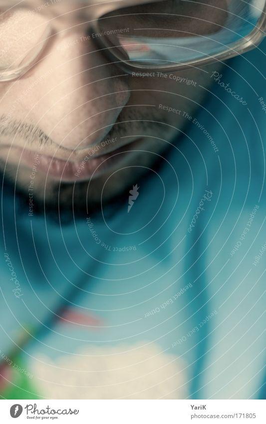 nerdy pc blau Farbfoto Gedeckte Farben Innenaufnahme Studioaufnahme Kunstlicht Blitzlichtaufnahme Schwache Tiefenschärfe Porträt Blick nach unten maskulin