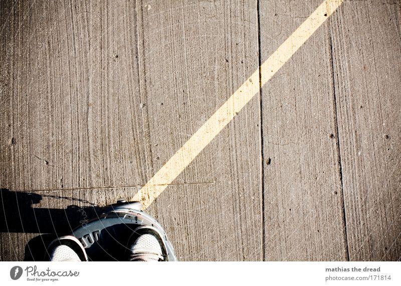 STRICHER Mensch ruhig kalt dunkel Stil Linie Fuß Schuhe warten Beton stehen Boden trist einzigartig Furche bewegungslos