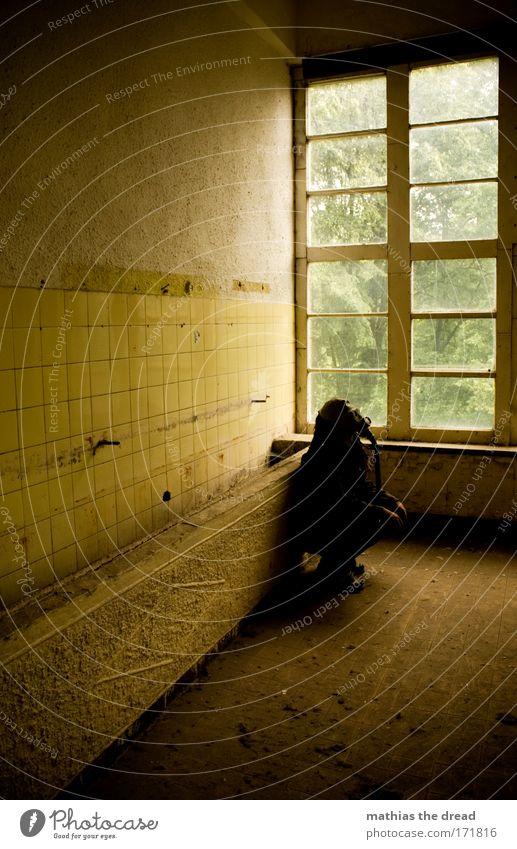 GELBER NEBEL Mensch Einsamkeit gelb kalt dunkel Fenster Wand Traurigkeit Mauer Denken warten maskulin einzigartig beobachten schreiben Fabrik