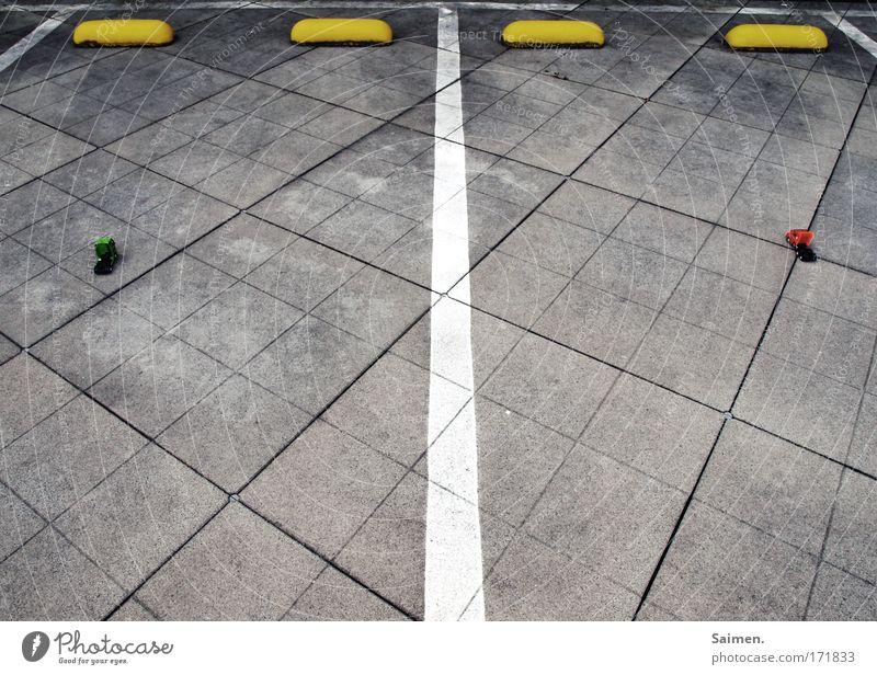 Bitte genau hinschauen Gedeckte Farben Außenaufnahme Textfreiraum unten Parkhaus grau Lastwagen Parkplatz parken Abstellplatz Linie stehen ruhen posen klein