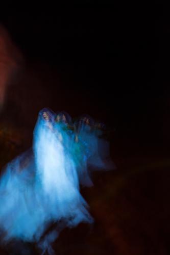 Dreams_nightmares_ghosts-6 Ferien & Urlaub & Reisen feminin Frau Erwachsene 1 Mensch bedrohlich dunkel gruselig kalt blau schwarz weiß träumen Angst Entsetzen