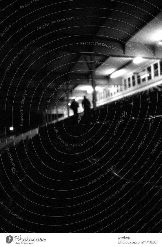 Game Over Mensch dunkel Fenster Freundschaft gehen leer Stuhl Ende Publikum Rennbahn Sitzreihe Stadion Schwarzweißfoto Feierabend Tribüne androgyn