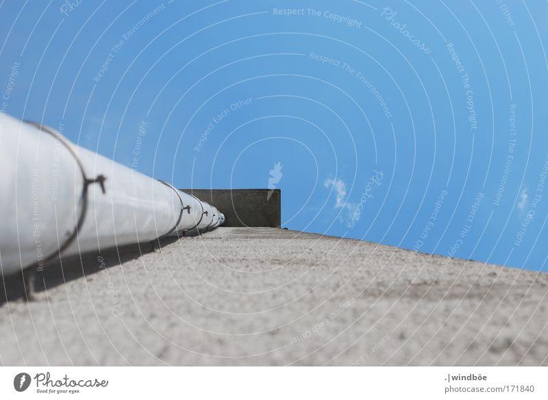 Weg des Wassers Farbfoto Außenaufnahme Menschenleer Tag Froschperspektive Blick nach oben Münster Haus Gebäude Mauer Wand Dachrinne bauen hell blau schwarz weiß