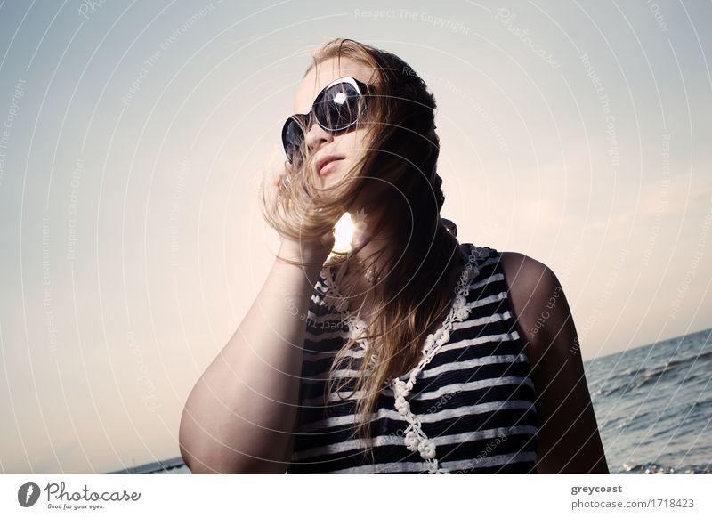 Am Telefon mit Sonne hinter sprechen Lifestyle Glück schön Gesicht Erholung Ferien & Urlaub & Reisen Sommer Strand Meer Mensch Mädchen Junge Frau Jugendliche