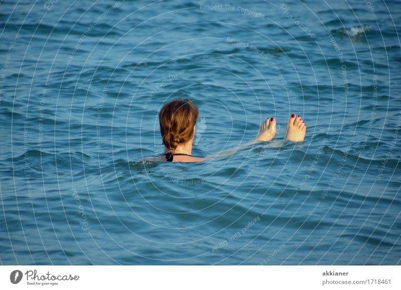 Nixe Frau Mensch Natur Sommer blau Wasser Meer Erholung Erwachsene Wärme Umwelt feminin Küste Freiheit Fuß Haare & Frisuren