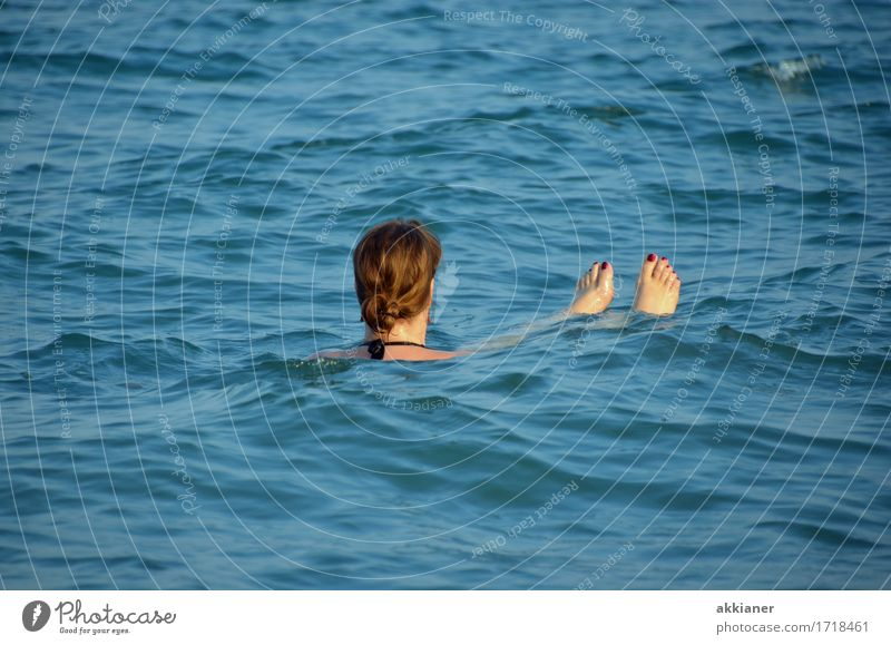 Nixe Mensch feminin Frau Erwachsene Körper Kopf Haare & Frisuren Fuß 1 Umwelt Natur Urelemente Wasser Sommer Wellen Küste Meer frei frisch maritim nass Wärme