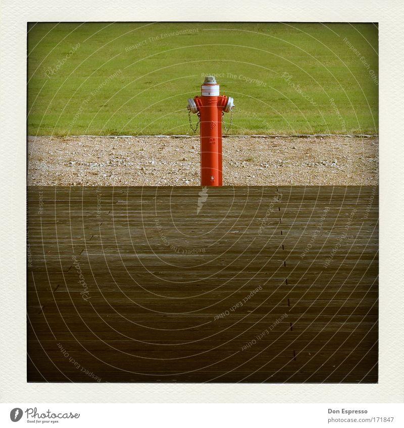 Firefighter Farbfoto Außenaufnahme Menschenleer Textfreiraum unten Beruf rot Hydrant Feuer Feuerwehr Löschwasser analog löschen Brandschutz