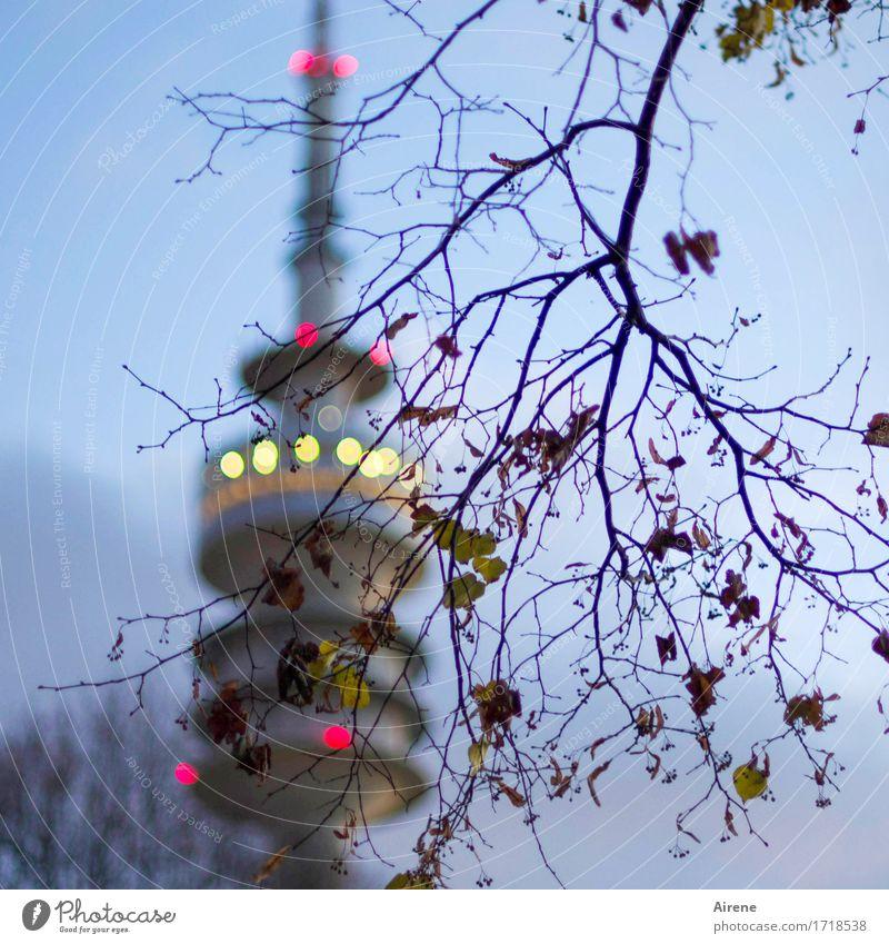 übersichtlich München Stadt Hauptstadt Turm Sehenswürdigkeit Wahrzeichen Fernsehturm Olympiazentrum Olympiaturm Olympiapark leuchten hoch schön blau gold grau