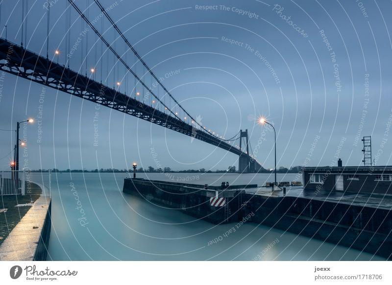 Gate Wolken schlechtes Wetter Tancarville Frankreich Hafen Brücke groß hoch blau grau schwarz Farbfoto Gedeckte Farben Außenaufnahme Menschenleer Abend