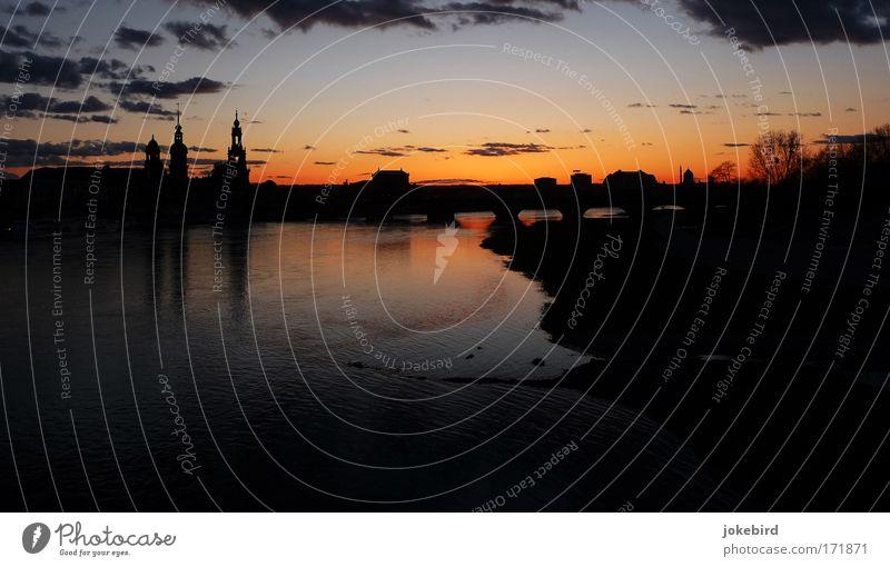 Der Letzte macht das Licht aus. Himmel Wasser Stadt Baum schwarz ruhig grau Luft orange Horizont elegant Brücke Kirche Fluss Ende Dresden